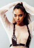 Młodego ładnego amerykanina afrykańskiego pochodzenia seksowna dziewczyna z modą uzupełniał, stylu życia pojęcia zakończenia up l Zdjęcie Stock