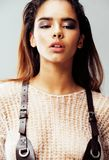 Młodego ładnego amerykanina afrykańskiego pochodzenia seksowna dziewczyna z modą uzupełniał, stylu życia pojęcia zakończenia up l Obraz Stock