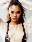 Młodego ładnego amerykanina afrykańskiego pochodzenia seksowna dziewczyna z modą uzupełniał, stylu życia pojęcia zakończenia up l Fotografia Stock