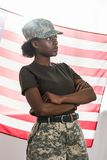 Młodego amerykanin afrykańskiego pochodzenia żeński żołnierz w kamuflażu odziewa przed fotografia stock