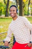Młodego amerykanin afrykańskiego pochodzenia mężczyzny słuchająca muzyka w central park, Nowy obrazy stock