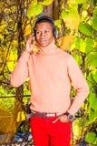 Młodego amerykanin afrykańskiego pochodzenia mężczyzny słuchająca muzyka w central park, Nowy fotografia royalty free