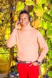 Młodego amerykanin afrykańskiego pochodzenia mężczyzny słuchająca muzyka w central park, Nowy obraz stock