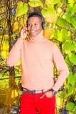 Młodego amerykanin afrykańskiego pochodzenia mężczyzny słuchająca muzyka w central park, Nowy fotografia stock