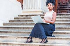 Młodego amerykanin afrykańskiego pochodzenia student collegu żeński studiowanie, pracuje obraz stock