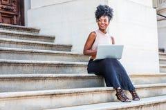 Młodego amerykanin afrykańskiego pochodzenia student collegu żeński studiowanie, pracuje zdjęcia royalty free