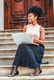 Młodego amerykanin afrykańskiego pochodzenia student collegu żeński studiowanie, pracuje zdjęcie stock