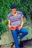 Młodego amerykanina afrykańskiego pochodzenia mężczyzna czytelnicza książka, podróżujący, relaksujący przy Zdjęcie Royalty Free