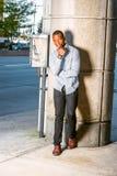 Młodego amerykanina afrykańskiego pochodzenia mężczyzna myślący outside w Nowy Jork Obraz Royalty Free