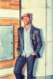 Młodego amerykanina afrykańskiego pochodzenia mężczyzna relaksujący outside w Nowy Jork Zdjęcie Royalty Free