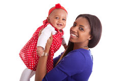 Młodego amerykanina afrykańskiego pochodzenia macierzysty bawić się z jej dziewczynką Fotografia Royalty Free