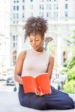 Młodego amerykanina afrykańskiego pochodzenia studenta collegu Żeński studiowanie w Nowym Yo fotografia royalty free