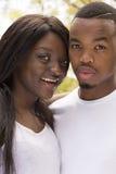 Młodego amerykanina afrykańskiego pochodzenia Szczęśliwa Kochająca para Zdjęcia Stock