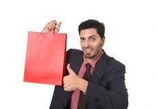 Młodego atrakcyjnego biznesmena mienia czerwony torba na zakupy w sprzedaży pojęcia spełnianiu jako sprzedawca Zdjęcie Royalty Free