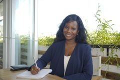 Młodego atrakcyjnego czarnego afrykanina Amerykańska kobieta siedzi outdoors a Zdjęcia Stock