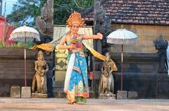Młodego balijczyka żeński tancerz wykonuje tradycyjnego tana zdjęcia royalty free