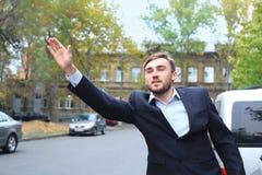 Młodego biznesmena chwytający taxi Obrazy Royalty Free