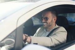 Młodego biznesmena napędowy samochód fotografia royalty free