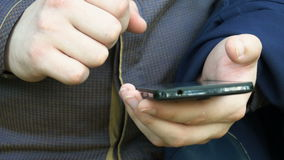 Młodego biznesmena pisać na maszynie wiadomość na telefonie zbiory wideo