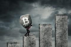 Młodego biznesmena podnośny symbol bitcoin Zdjęcia Stock