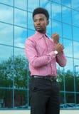 Młodego biznesmena przyglądającego błękitnego budynku biurowego nieba szklani odbicia Fotografia Stock