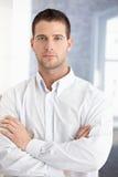 Młodego biznesmena trwanie ręki krzyżować Zdjęcie Royalty Free