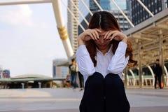 Młodego bizneswomanu czuciowy niepowodzenie i udaremniający z jej pracą Zaakcentowany biznesowy pojęcie Selekcyjna ostrość i płyt obraz stock