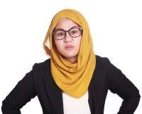 Młodego bizneswomanu Gniewny wyrażenie, ręka na talii fotografia stock