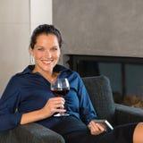 Młodego bizneswomanu pracy telefon komórkowy odpoczynkowy wino Zdjęcia Stock