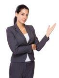 Młodego bizneswomanu seansu ręki otwarta palma zdjęcia royalty free