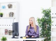 Młodego blounde piękna biznesowa kobieta pracuje z komputerem Obraz Royalty Free
