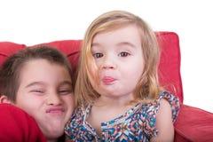 Młodego brata i siostry ciągnięcia twarze obraz royalty free