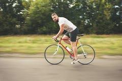 Młodego brodatego modnisia napędowy bicykl Obrazy Stock