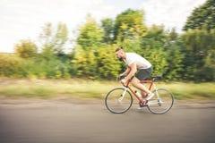 Młodego brodatego modnisia napędowy bicykl Zdjęcie Royalty Free