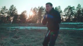 Młodego caucasian mężczyzny bokserski szkolenie na zmierzchu zbiory
