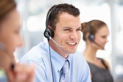 Młodego centrum telefonicznego operatora pomaga klient fotografia stock