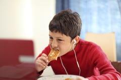 Młodego chłopiec łasowania śniadaniowa grzanka obrazy royalty free