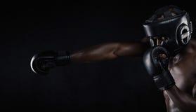 Młodego człowieka ćwiczy boksować Zdjęcia Stock