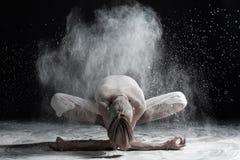 Młodego człowieka ćwiczy joga, siedzi w girlandy ćwiczeniu z przednim chyłem, różnica Malasana poza zdjęcia stock
