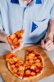 Młodego człowieka łasowania pizza Margherita Zdjęcie Royalty Free