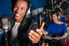 Młodego człowieka śpiew w studiu Zdjęcia Royalty Free