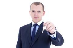 Młodego człowieka agenta nieruchomości mienia klucz w ręce odizolowywającej na whit Obraz Stock