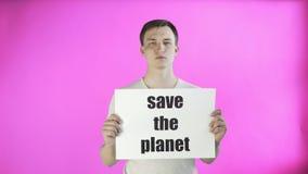 Młodego człowieka aktywista oprócz z planeta plakatem na różowym tle zbiory