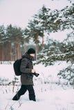 Młodego Człowieka Backpacker Z fotografii kamerą Bierze fotografię W zima Śnieżnym Lasowym Aktywnym hobby Wycieczkowicza odprowad obrazy royalty free