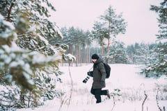 Młodego Człowieka Backpacker Z fotografii kamerą Bierze fotografię W zima Śnieżnym Lasowym Aktywnym hobby Wycieczkowicza odprowad obrazy stock
