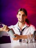 Młodego człowieka barmanu narządzania alkoholu koktajlu napój Fotografia Royalty Free
