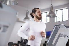 Młodego Człowieka bieg Na karuzeli W Gym Zdjęcia Stock