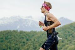 Młodego człowieka biegacz z energetycznym odżywki gel w ręka bieg obrazy royalty free