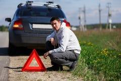 Młodego człowieka blisko łamający samochód Fotografia Stock