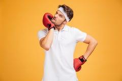 Młodego człowieka bokser w czerwony rękawiczek stać i rozgrzewkowy up Zdjęcie Royalty Free